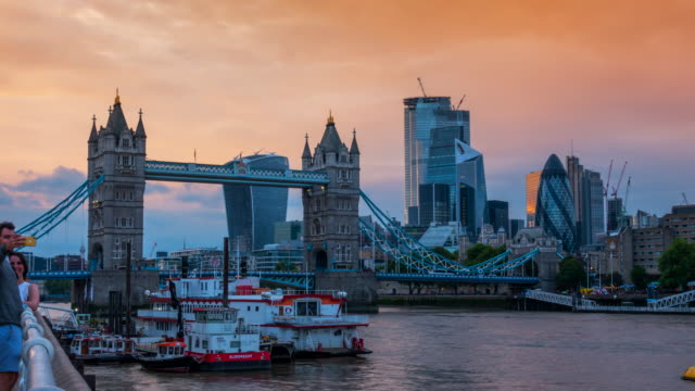 4k time-lapse: tower bridge at sunset in london england uk - tower of london stock videos & royalty-free footage