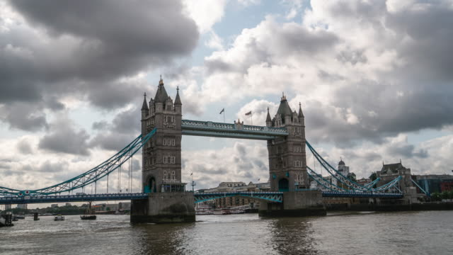 time-lapse 4k: tower bridge a londra inghilterra regno unito - greater london video stock e b–roll