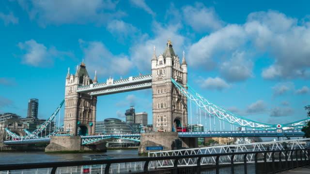 stockvideo's en b-roll-footage met 4k time-lapse: tower bridge met blue sky in londen engeland uk - greater london