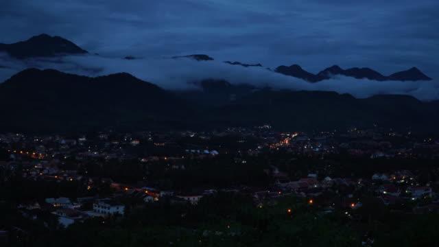 vídeos y material grabado en eventos de stock de 4 k timelapse crepúsculo de laung prabang, laos. - colina