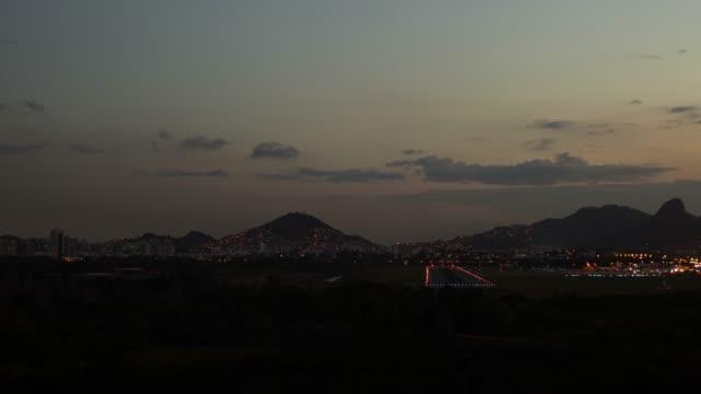 4k timelapse video - airport at nightfall - o anoitecer video stock e b–roll