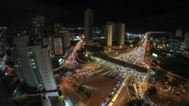 vídeos de stock, filmes e b-roll de vídeo de timelapse 4k-tráfego de noite pesado do tempo no pedágio - avenida