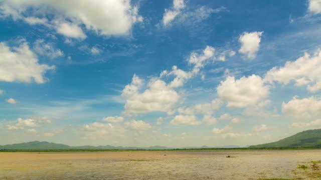 4 k timelapse video cloud im blauen himmel über reservoir oder see von lam takong in nakhon ratchasima, thailand zu bewegen. - klammer stock-videos und b-roll-filmmaterial