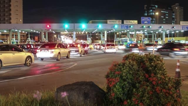 vídeos de stock e filmes b-roll de 4k timelapse video - rush hour at the toll booths - cabina de portagem