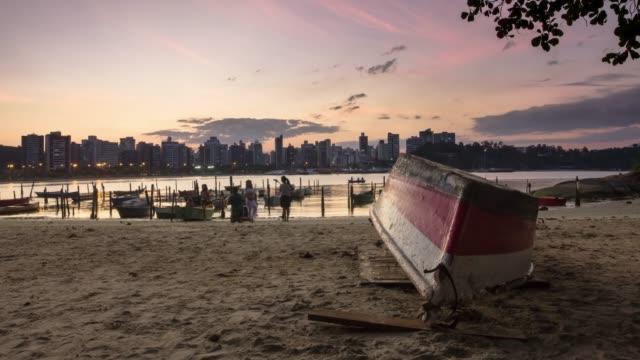4 k のタイムラプスビデオ-ビーチでボートと夕日