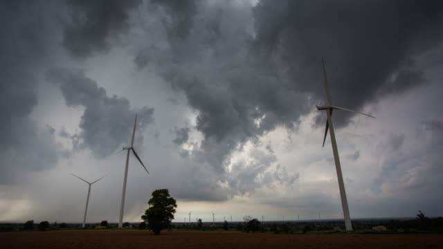 vídeos de stock e filmes b-roll de 4k timelapse, wind turbine and cloudscape. - gerador