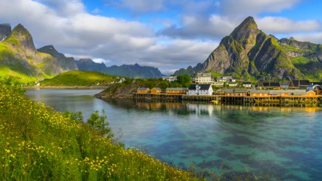 stockvideo's en b-roll-footage met 4 k timelaspe bewegende wolken boven traditionele noorse vissersstrand hutten, rorbuer, op het eiland van hamnoy, de reine, lofoten eilanden, noorwegen zomer. - noord