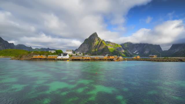 vídeos y material grabado en eventos de stock de 4 k timelaspe movimiento las nubes sobre las cabañas de los pescadores noruegos tradicionales, rorbuer, en las isla de hamnoy, reine, lofoten islas, verano de noruega. - norte