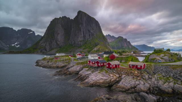 4 k Timelaspe bewegte Wolken über traditionelle norwegische Fischer Kabinen, Rorbuer auf der Insel von Hamnoy, Reine, Lofoten, Sommer von Norwegen.