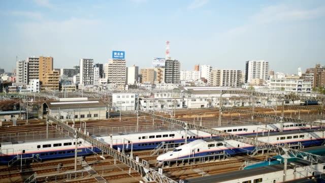 4 k tokyo city view in zug - bahngleis stock-videos und b-roll-filmmaterial