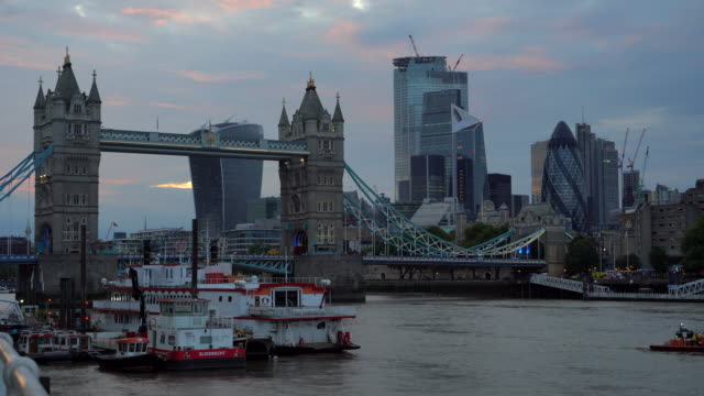 4k : tower bridge at sunset in london england uk - tower of london stock videos & royalty-free footage