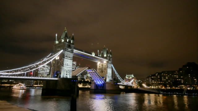 4k tower bridge, london, england in summer with time-lapse - london bridge england stock videos & royalty-free footage