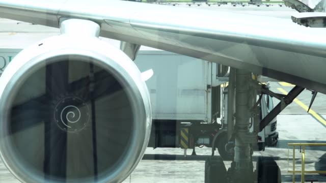 vídeos de stock, filmes e b-roll de 4k: motor de turbina de avião - turbina