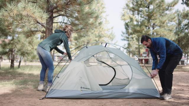 stockvideo's en b-roll-footage met 4k uhd: kaukasische paar opzetten van hun tent - tent