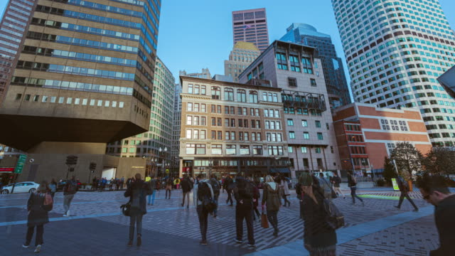stockvideo's en b-roll-footage met 4k uhd time lapse beelden van menigte voetganger en verkeersauto met hoge moderne financiëngebouw in het centrum van boston massachusetts, verenigde staten - boston massachusetts