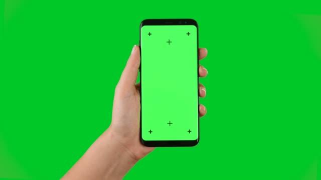 vídeos y material grabado en eventos de stock de 4k usando smart teléfono mostrar clave de croma en pantalla verde - mano humana