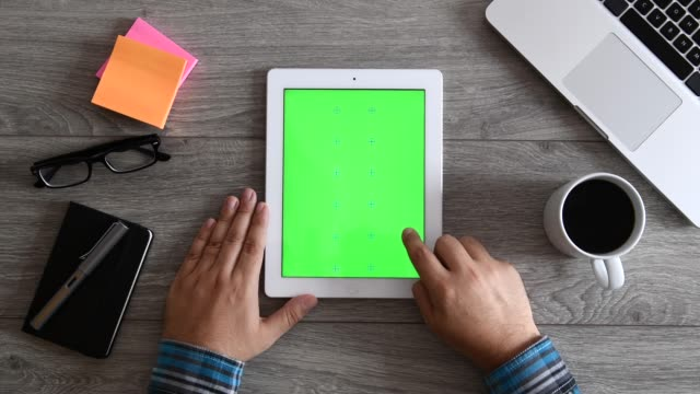 4k using tablet computer displaying green screen - indicare video stock e b–roll