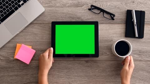 vídeos y material grabado en eventos de stock de 4k con tablet pc con pantalla verde - verde color
