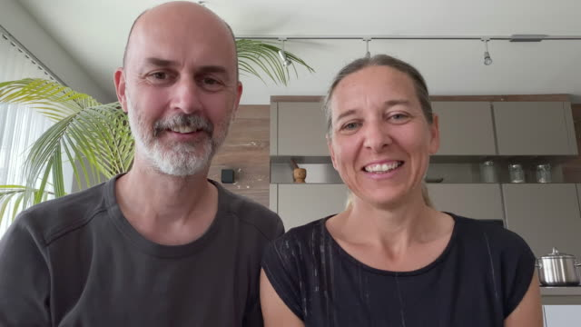 vídeos de stock, filmes e b-roll de 4k video call happy mature adult couple at home - casal de meia idade