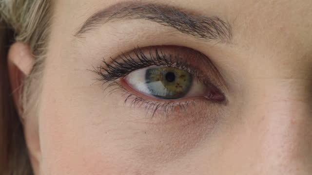 vídeos de stock, filmes e b-roll de vídeo 4k de um close-up dos olhos verdes de uma mulher - olhos verdes