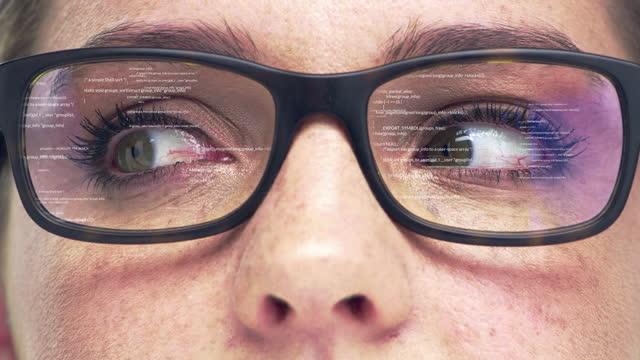 4k-videomaterial einer digital verbesserten brille auf einer nicht wiederzuerkennen frau - spezialeffekt stock-videos und b-roll-filmmaterial