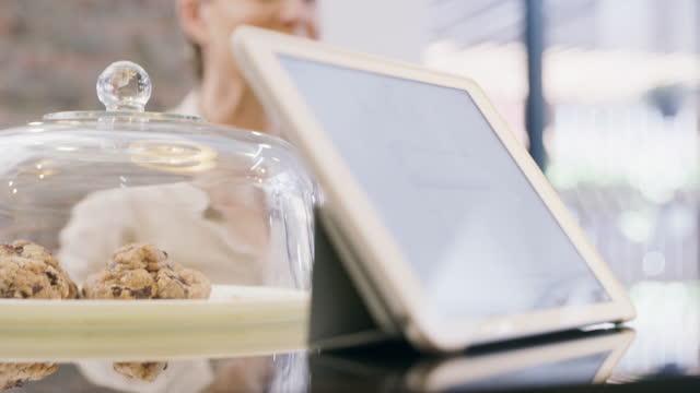 riprese video 4k di una donna matura che sceglie una sorpresa in una panetteria - indicare video stock e b–roll