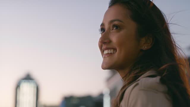 vídeos de stock, filmes e b-roll de vídeo 4k de uma mulher em um telhado na cidade à noite - telhado