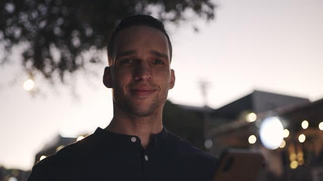 vidéos et rushes de vidéo 4k d'un jeune homme d'affaires utilisant un téléphone portable dans la ville - town