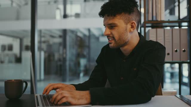 vidéos et rushes de séquences vidéo 4k d'un jeune homme d'affaires utilisant un ordinateur portable dans un bureau au travail - bring your own device