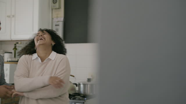 自宅の台所で一緒に踊る若いカップルの4kビデオ映像 - サルサダンス点の映像素材/bロール