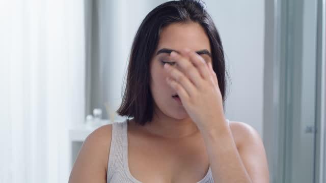 vidéos et rushes de vidéo 4k d'une jeune femme lisant son test de grossesse dans la salle de bain à la maison - seulement des jeunes femmes