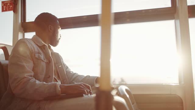 4k videoaufnahmen von einem jungen mann, der notizen macht, während er mit einem bus unterwegs ist - passagier stock-videos und b-roll-filmmaterial
