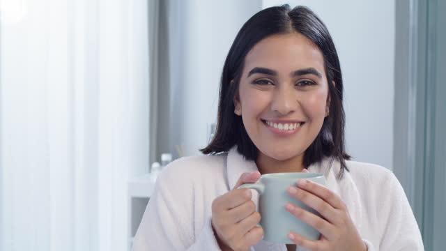 vidéos et rushes de vidéo 4k d'une jeune femme buvant du café à la maison - seulement des jeunes femmes