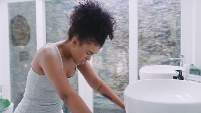 彼女のバスルームで胃の痛みを経験している若い女性の4kビデオ映像 - 月経前緊張症候群点の映像素材/bロール