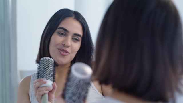 vídeos de stock, filmes e b-roll de vídeo 4k de uma jovem cantando no banheiro de casa - equipamento de mídia