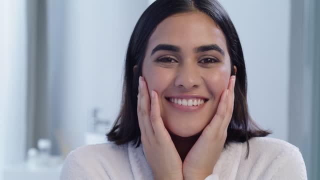 vidéos et rushes de vidéo 4k d'une jeune femme souriant et faisant un clin d'œil dans la salle de bain à la maison - seulement des jeunes femmes