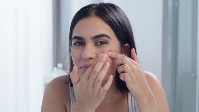 4k video footage of a young woman squeezing a pimple in the bathroom at home - endast unga kvinnor bildbanksvideor och videomaterial från bakom kulisserna