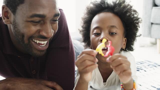 vídeos y material grabado en eventos de stock de imágenes de video 4k de una adorable niña y su padre jugando con juguetes en el suelo en casa - genderblend