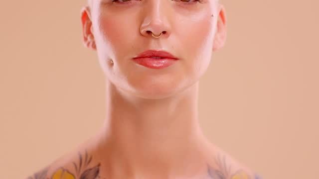vidéos et rushes de vidéo 4k d'une jeune femme séduisante posant en studio sur un fond de couleur crème - vidéo portrait