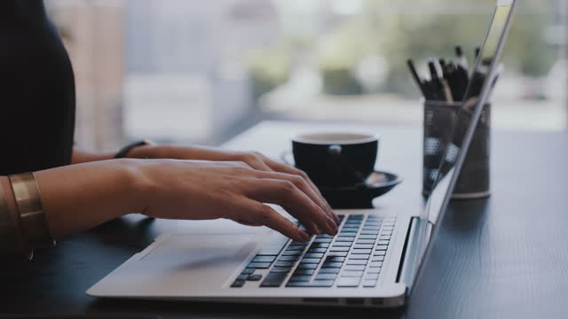 vidéos et rushes de séquences vidéo 4k d'un homme d'affaires méconnaissable utilisant un ordinateur portable dans un bureau au travail - bring your own device