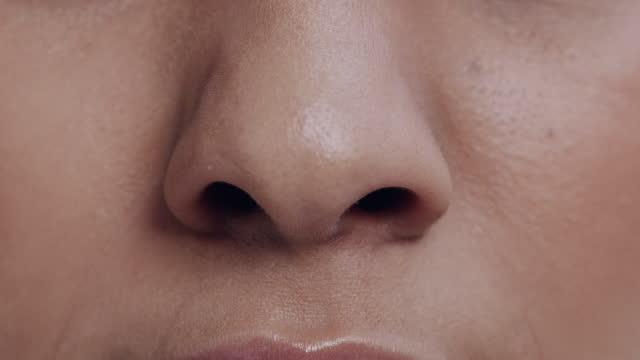 日中スタジオに一人で立ち、鼻をしわにする認識できない女性の4kビデオ映像 - 悪臭点の映像素材/bロール
