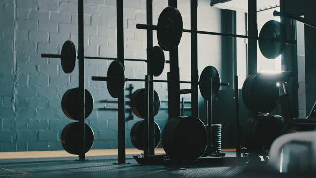 4k videoaufnahmen von langhanteln in einem leeren fitnessstudio - exklusiv stock-videos und b-roll-filmmaterial