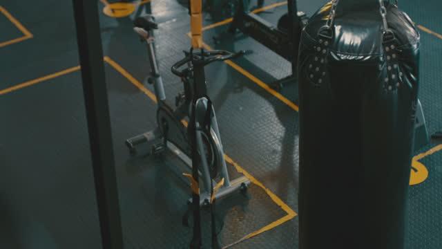 4k videoaufnahmen von geräten in einem leeren fitnessstudio - exklusiv stock-videos und b-roll-filmmaterial