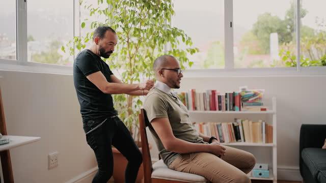 4k videoaufnahmen von jungen mann immer einen haarschnitt im friseurladen - fade in video transition stock-videos und b-roll-filmmaterial