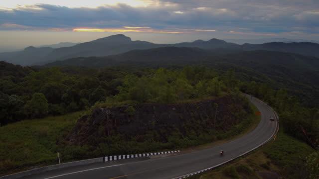 4 k video låsning av slingrande väg på bergspass vid soluppgången.