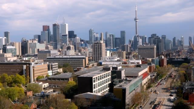 stockvideo's en b-roll-footage met 4k-video van luchtfoto panoramisch uitzicht op het centrum van toronto en spadina avenue - cn tower