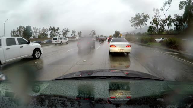 vidéos et rushes de 4 vidéo de k de la voiture conduite par le biais de la pluie sur la route - dedans