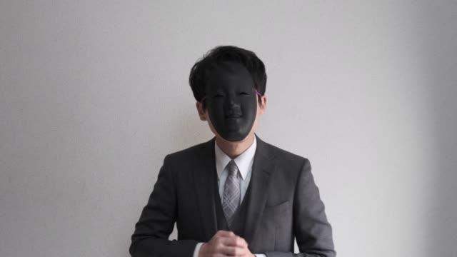 4 k video von fremden maskierten geschäftsmann, der gastfreundschaft - ausdruckslos stock-videos und b-roll-filmmaterial