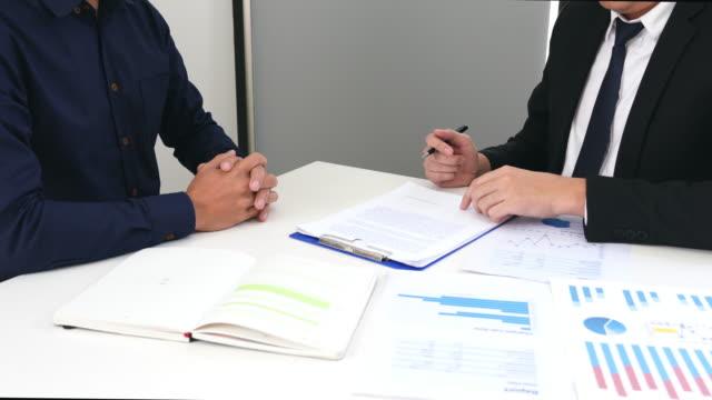 vídeos y material grabado en eventos de stock de vídeo 4k de two executive businessman discutiendo y analizando el objetivo de planificación de las finanzas a partir del marketing estadístico de ventas de la inversión - contrato