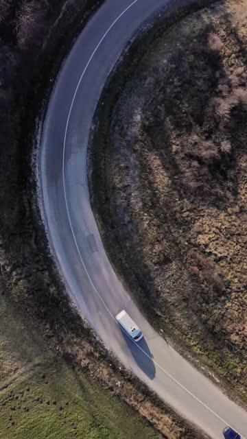vídeos de stock, filmes e b-roll de vídeo 4k - vídeo bruto, pronto para processamento posterior. veículos atravessando a ponte. vista superior da ponte que cruza a floresta - o outono é a cor da natureza - estrada da vida